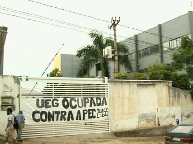 Alunos ocupam UEG em Anápolis, Goiás, contra PEC do Teto (Foto: Reprodução/TV Anhanguera)