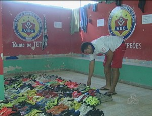 Dudu, massagista do Vilhena preparando o material dos jogadores (Foto: Reprodução/Tv Rondônia)
