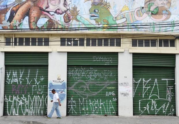 Portas de comércio pichadas em São Paulo ; pichação em São Paulo (Foto: Rovena Rosa/Agência Brasil)
