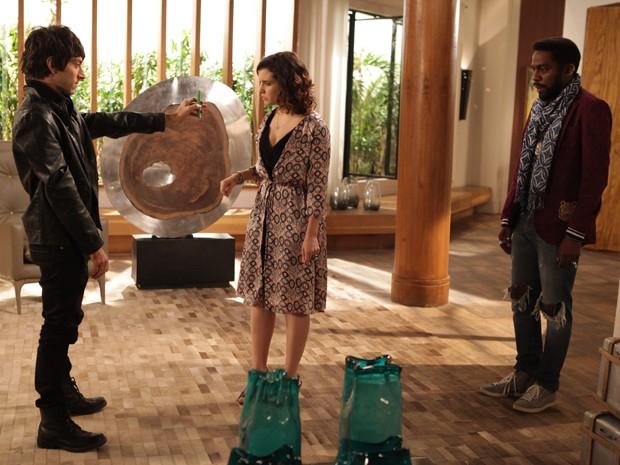Chang mostra vídeo bafônico de Brian e Ludmila para Lara (Foto: Pedro Curi/TV Globo)
