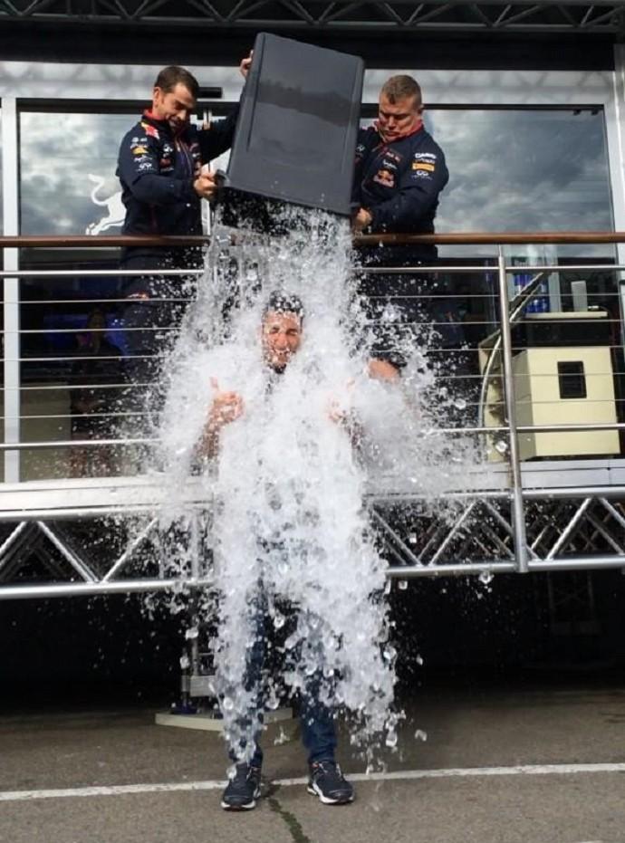 Daniel Ricciardo no desafio de gelo (Foto: Reprodução/Twitter)