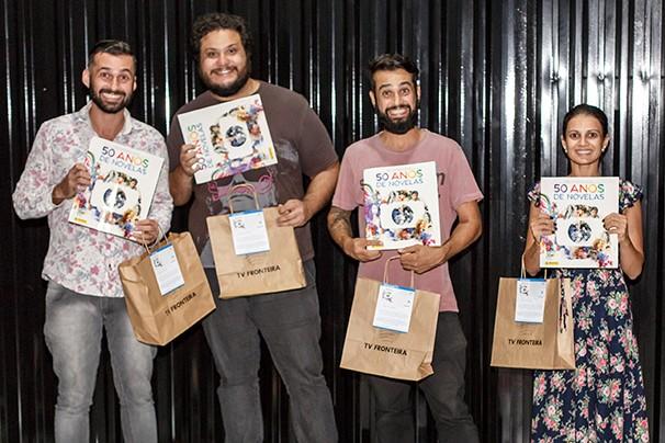 Sócios da Agência Raro receberam os álbuns de 50 anos de novelas (Foto: Agência Raro)