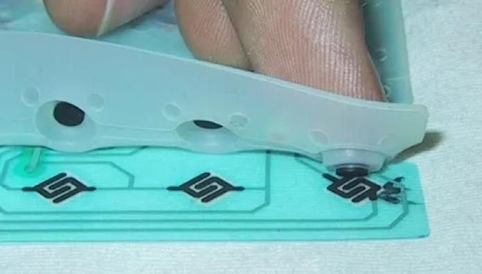 Teclados convencionais usam membranas por baixo das teclas (Foto: Reprodução/Creative Commons)
