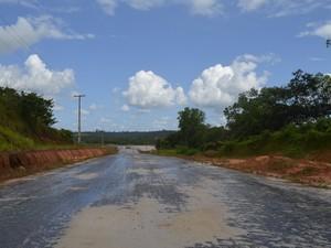 Apenas a terraplanagem está realizada no entorno da ponte (Foto: Abinoan Santiago/G1)