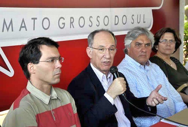 Rui Falcão, ladeado por Marcus Garcia e Delcídio do Amaral (Foto: Correio do Estado)