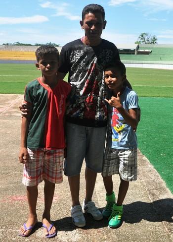 Agricultor Roberto da Silva com os filhos no estádio Florestão (Foto: Duaine Rodrigues)