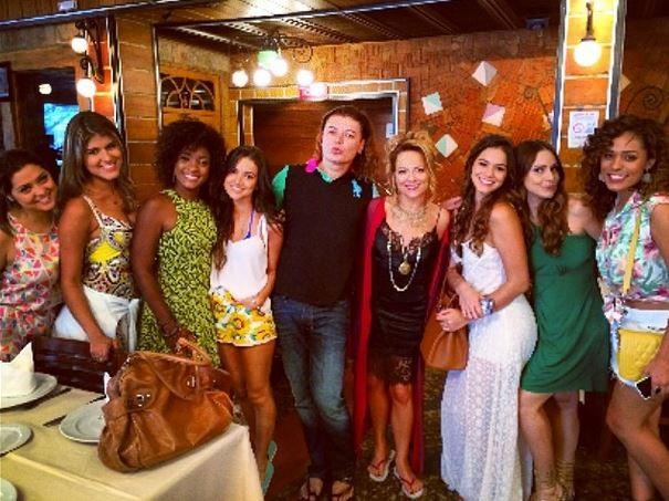 David Brazil com elenco feminino de Em Família (Foto: Instagram / Reprodução)