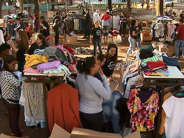 Campanha 'The Street Store' chega a Ribeirão Preto com doações de roupas e acessórios ao ar livre (Foto: Ronaldo Oliveira/EPTV)