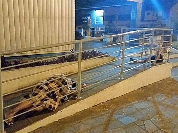 Presos algemados ao corrimão da rampa de acesso à delegacia de Canoas (Foto: Paulo Ledur/RBS TV)