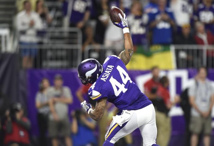 Matt Asiata marcando seu primeiro touchdown na temporada pelos Vikings (Foto: Hannah Foslien/Getty Images)
