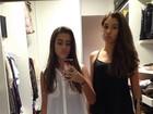 Ana Morais posa de saia curtinha ao lado de amiga e mostra closet