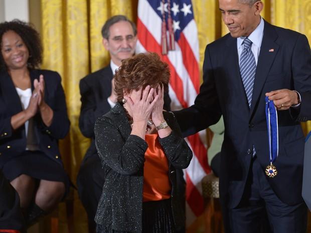 Isabel Allende se emociona durante entrega da medalha da Liberdade por Barack Obama (Foto: AFP /Mandel NGAN)