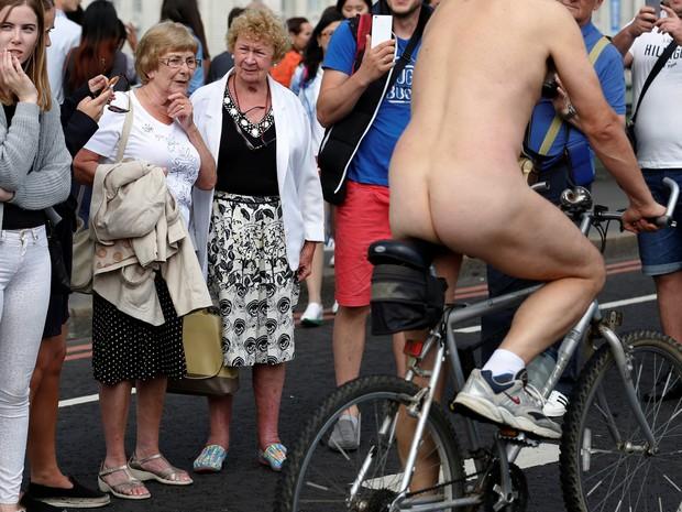 Ciclistas recebem olhares durante a Pedalada Pelada na capital do Reino Unido, neste sábado (11) (Foto: REUTERS/Luke MacGregor)