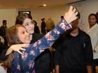 Martina Stoessel, da série 'Violetta', é assediada por fãs em São Paulo