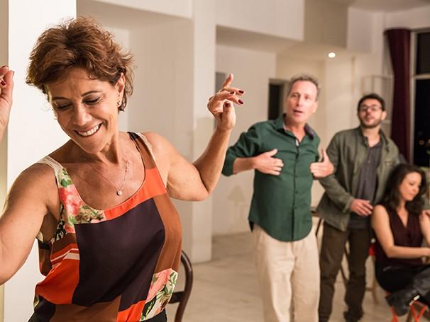 Ana Lucia está traumatizada com a decisão do filho único de ir trabalhar num país distante (Foto: Divulgação/Renato Mangolin)