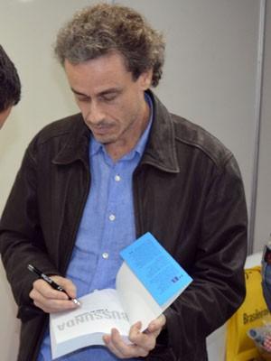 O jornalista e escritor  Guilherme Fiuza distribui autógrafos (Foto: Tiago Campos/G1)