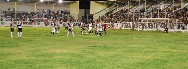 Goleiro do Paraíba fica atento a mais uma cobrança de falta do Botafogo-PB (Foto: Lucas Barros / Globoesporte.com/pb)
