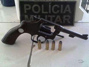 Armado, jovem é apreendido fazendo segurança de mercearia em Sergipe (Foto: Divulgação/PM-SE)
