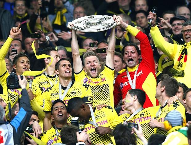 Borussia Dortmund com a taça de campeão do campeonato alemão (Foto: Reuters)