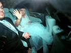 Preta Gil deixa o hotel rumo à igreja para o seu casamento
