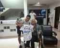 Santista de 90 anos vai ao CT, realiza sonho e ganha camisa de Renato