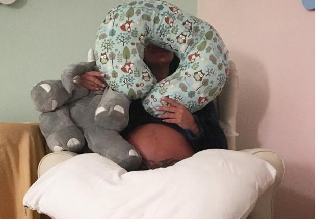 Carol Castro faz arrumações na reta final da gravidez
