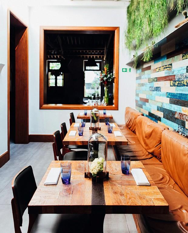 Sobre as mesas, os arranjos criados por Malena, mulher de Rafael, evidenciam a preocupação com o alimento fresco (Foto: Ângelo dal Bó / Editora Globo)
