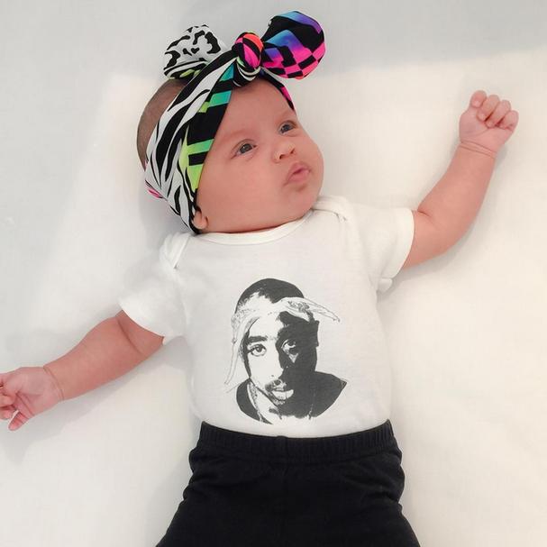 O rapper norte-americano Tupac Shakur aparece na estampa da estilosa bebê (Foto: Reprodução/Instagram)