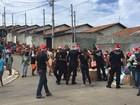 Policiais civis distribuem brinquedos em bairros da zona leste de São José