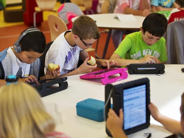 Alunos da Steve Jobs School (Foto: Michael Kooren/Reuters)