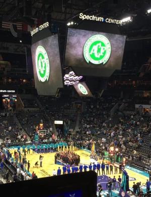 Telão em Charlotte exibe escudo da Chapecoense (Foto: Reprodução/Twitter)