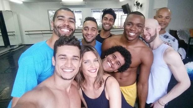 Fernanda Lima com seus dançarinos do 'Amor e Sexo' (Foto: Reprodução/Facebook)