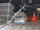 Ônibus com brincantes do Boi da Madre Deus derruba poste