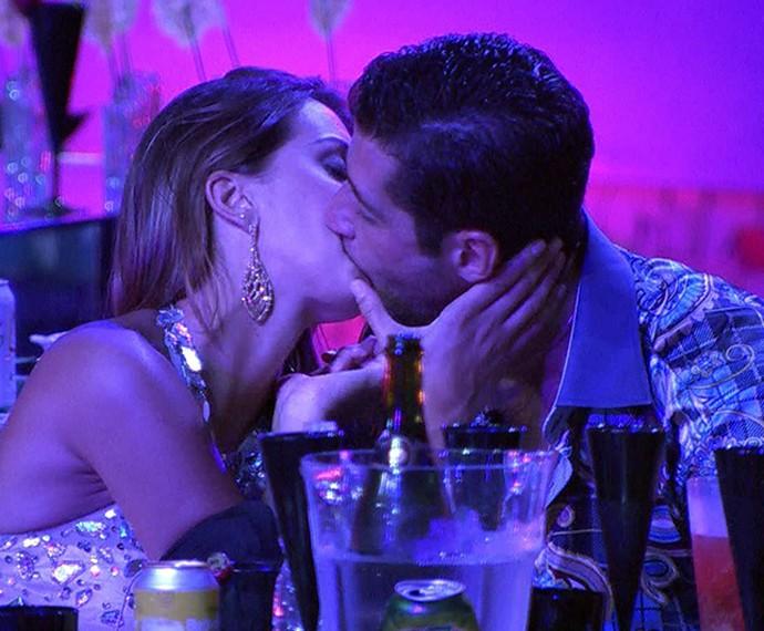 Marcelo e Angela se beijam na festa Vegas  (Foto: TV Globo)