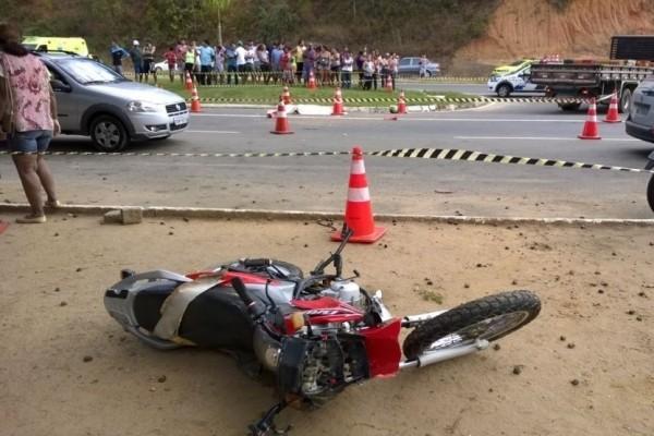 Moto foi atingida por um caminhão, em Timbuí (Foto: Carlos Alberto Silva/ A Gazeta)