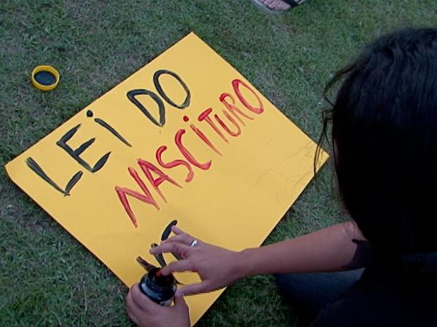 Jovem faz cartarz em protesto de Vitória. (Foto: Reprodução/TV Gazeta)