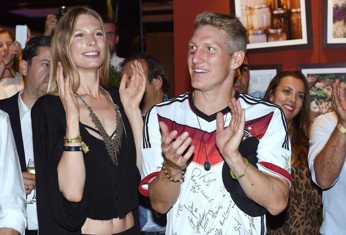 Festa alemanha Schweinsteiger ao lado da namorada Sarah Brandner (Foto: Agência AP)