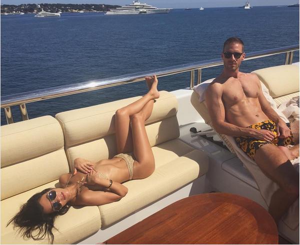 A celebridade Kourtney Kardashian em um barco com amigos (Foto: Instagram)