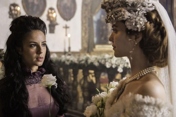 Branca entrega flor à Joaquina e alfineta a rival (Foto: Felipe Monteiro/Gshow)