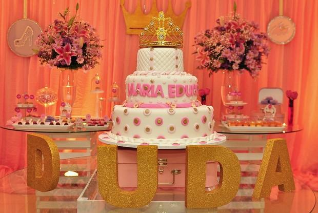 Mesa do bolo e doces no chá de bebê de Debby Lagranha (Foto: Roberto Teixeira/EGO)
