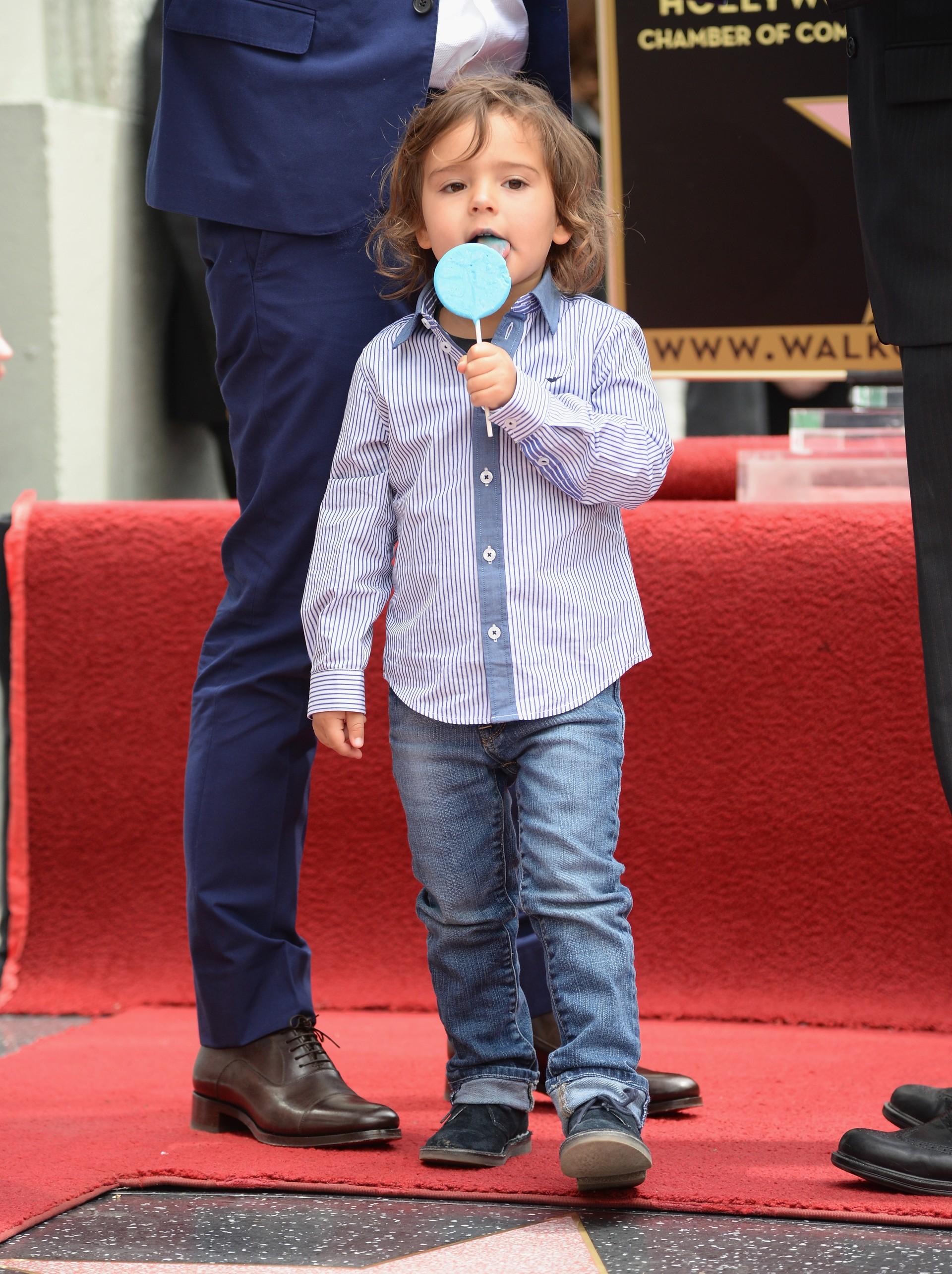 O adorável filho de Orlando Bloom e Miranda Kerr é uma celebridade infantil que segue as tendências da moda. Ele normalmente usa chapéus e roupas com estampas, misturando e combinando diversos estilos. Com bochechas grandes e um sorriso lindo, o pequenino de 3 anos já está pronto para as câmeras.  (Foto: Getty Images)