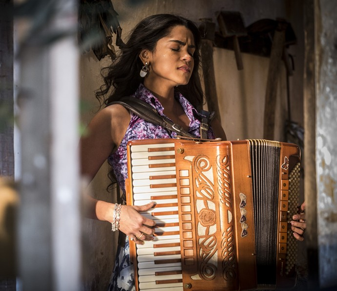 Luzia sente que está sendo enganada por Santo (Foto: Inácio Moraes/ Gshow)