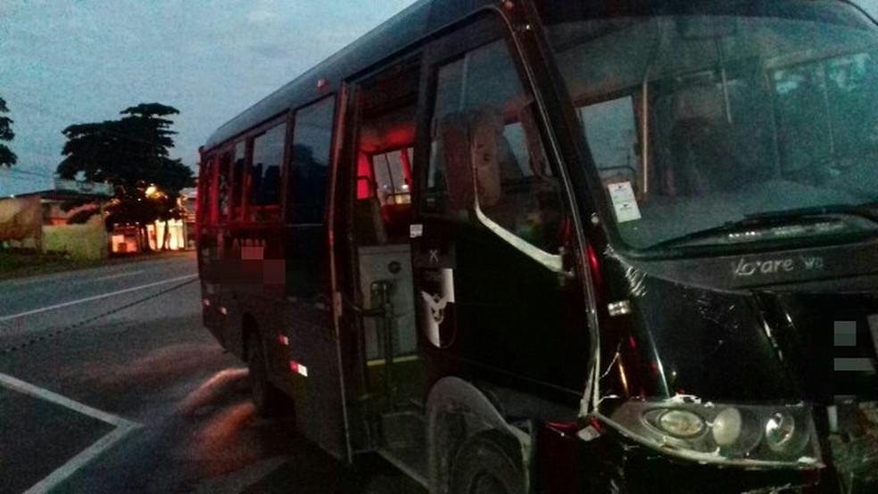 Micro-ônibus da Rocam colidiu contra carro em Abreu e Lima, no Grande Recife (Foto: Polícia Rodoviária Federal/Divulgação)