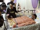 Confeitaria cria bolo bizarro inspirado em jovem musculoso na China