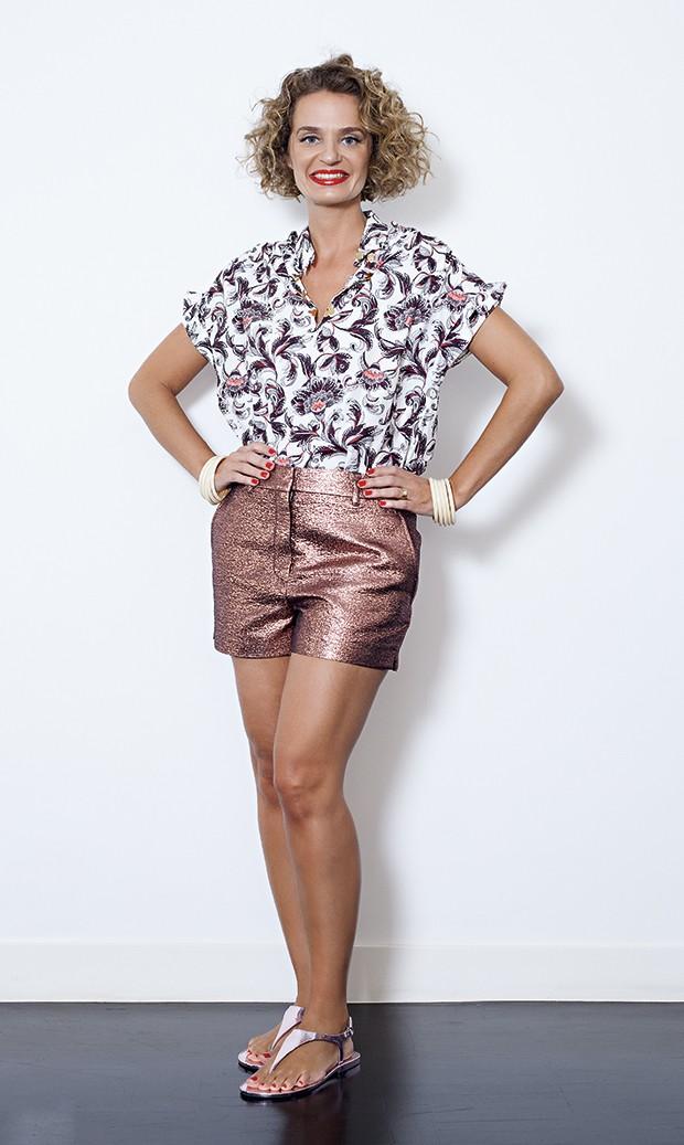 Ucha usa camisa e short Louis Vuitton, sandálias BCBG e pulseiras Vintage (Foto: Divulgação)