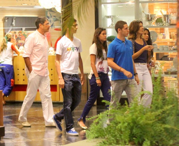 William Bonner e Fátima Bernardes com os filhos em shopping no Rio (Foto: Daniel Delmiro/ Ag. News)