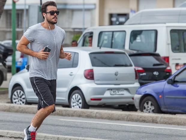 Enrico corre na praia e nem imagina que vai esbarrar com Léo (Foto: Artur Meninea / Gshow)