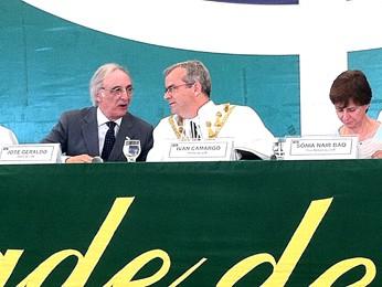 O ex-reitor da UnB José Geraldo de Sousa Junior (à esquerda) conversa com o reitor eleito, Ivan Camargo (ao centro) (Foto: Lucas Nanini/G1)