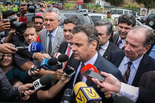 Aécio Neves (PSDB-MG) e parte da comitiva de oposicionistas conversam com a imprensa após voltar ao Brasil (Foto: Fabiola Ferrero/Divulgação)