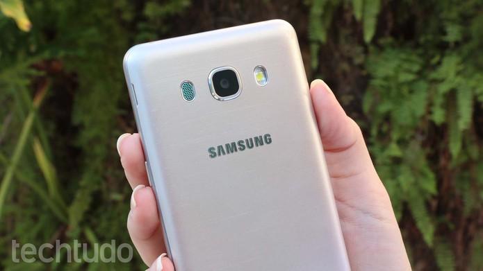 Galaxy J5 Metal tem revestimento em alumínio e plástico (Foto: Ana Marques/TechTudo)